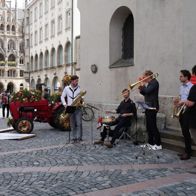 Musik vor Kirche